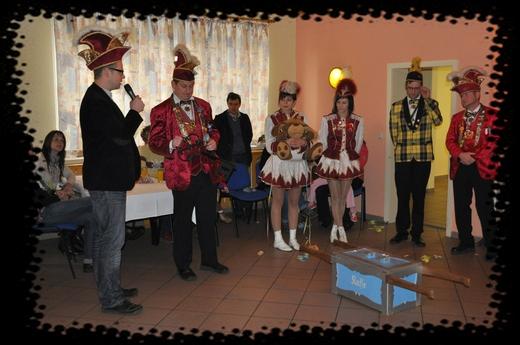 Der Bürgermeister Markus Hallmann übergibt feierlich den Amtsschlüssel nebst Gemeindekasse an den Karnevalsverein