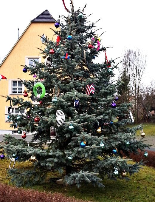 Der vom HKV geschmückte Weihnachtsbaum vor dem Gemeindeamt Mittelherwigsdorf