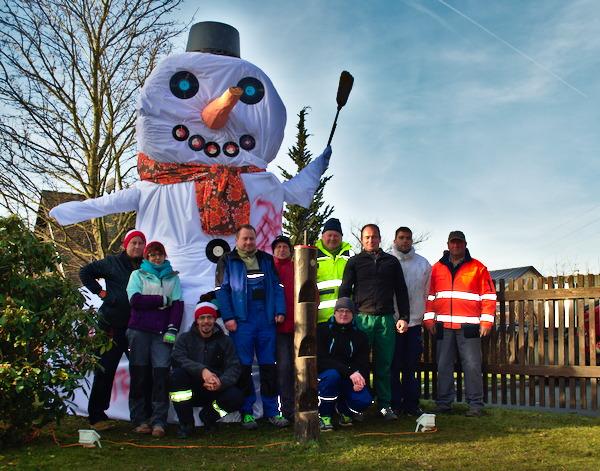Gruppenfoto mit dem 4,14 m großen Schneemann